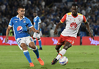 BOGOTA - COLOMBIA, 13-12-2017: Jhon Duque Arias (Izq) jugador de Millonarios disputa el balón con Baldomero Perlaza (Der) jugador de Independiente Santa Fe durante partido por la final ida de la Liga Aguila II 2017 jugado en el estadio Nemesio Camacho El Campin de la ciudad de Bogotá. / Jhon Duque Arias (L) player of Millonarios fights for the ball with Baldomero Perlaza (R) player of Independiente Santa Fe during first leg match for the final of the Liga Aguila II 2017 played at the Nemesio Camacho El Campin Stadium in Bogota city. Photo: VizzorImage / Gabriel Aponte / Staff.