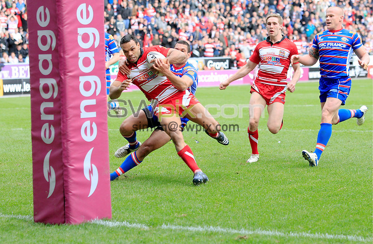 Pix: Chris Mangnall /SWPix.com, Rugby League, Super League. 05/04/10 Wigan Warriors v Wakefield Trinity Wildcats....picture copyright>>Simon Wilkinson>>07811267 706>>....Wigan's 5th try Amos Roberts runs in to score (his 2nd) brakeing his leg on the upright tackled by Wakefield's Dale Millard