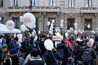 Milano: una ragazza durante la biciclettata per sostenere il candidato Ambrosoli