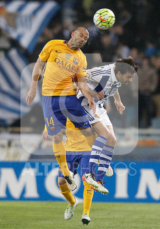 Real Sociedad's Xabi Prieto (r) and FC Barcelona's Javier Mascherano during La Liga match. April 9,2016. (ALTERPHOTOS/Acero)