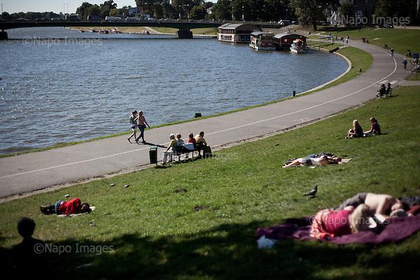 KRAKOW, POLAND, SEPTEMBER 12, 2011:.Krakowians are enjoying warm afternoon by the Vistula river..(Photo by Piotr Malecki / Napo Images) ..KRAKOW, 9/2011:.Niedzielne popoludnie nad Wisla pod Wawelem..Fot: Piotr Malecki / Napo Images