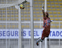 BOGOTÁ -COLOMBIA-20-04-2014. Lucero Alvarez arquero del Pasto no logra evitar un gol durante el partido entre Fortaleza FC y Deportivo Pasto por la fecha 18 de la Liga Postobón I 2014 jugado en el estadio Metropolitano de Techo en Bogotá./ Lucero Alvarez goalkeeper of Pasto can't avoid a goal during the match between Fortaleza FC and Deportivo Pasto for the 18th date of Postobon League I 2014 played at Metropolitano de Techo stadium in Bogota. Photo: VizzorImage / Gabriel Aponte / Staff