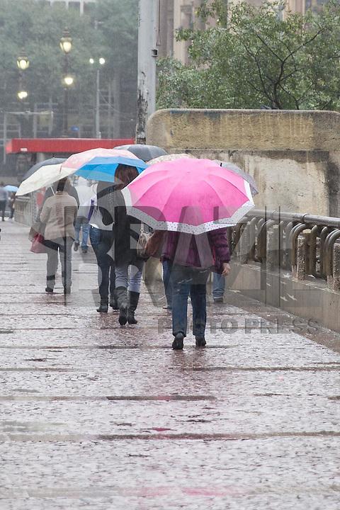 SAO PAULO, SP, 19.06.2015 - CLIMA-SP - Pedestres são vistos se protegendo da chuva e do frio no Viaduto do Chá no centro da cidade de São Paulo nesta sexta-feira, 19. (Foto: Douglas Pingituro/ Brazil Photo Press)
