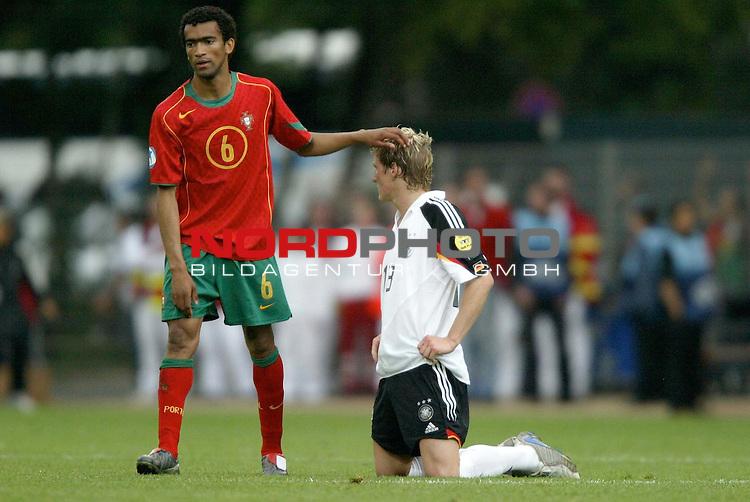 U21 - EM 2004 - Gruppe B<br /> <br /> Deutschland vs. Portugal<br /> <br /> Bastian Schweinsteiger von Deutschland kniet nach der Niederlage gegen Portugal am Boden. Deutschland ist damit in der Vorrunde der Europameisterschaft ausgeschieden.<br /> <br /> Bosingwa (links) von Portugal troestet Bastian Schweinsteiger.<br /> <br /> Foto &copy; nordphoto - Ruediger Lampe<br /> <br /> <br /> <br /> <br /> <br /> <br /> <br />  *** Local Caption *** Foto ist honorarpflichtig! zzgl. gesetzl. MwSt.<br /> <br />  Belegexemplar erforderlich<br /> <br /> Adresse: nordphoto<br /> <br /> Georg-Reinke-Strasse 1<br /> <br /> 49377 Vechta