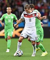 FUSSBALL WM 2014                ACHTELFINALE Deutschland - Algerien               30.06.2014 Toni Kroos (Deutschland) kann sich gegen Mehdi Mostefa (hinten, Algerien)