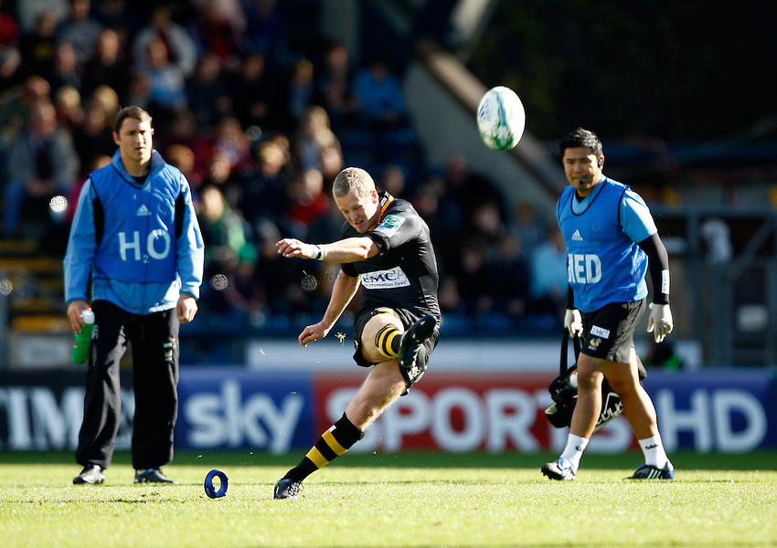 Photo: Richard Lane/Richard Lane Photography. London Wasps v Glasgow Warriors. Heineken Cup. 17/10/2010. Wasps' Dave Walder kicks.