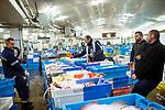le 4 mai 2017, la premiere vente se débute à 6 heures du matin et concerne la pêche hauturière. les mareyeurs de toute la région viennent y acheter leurs poissons. Aujourd'hui, 100 tonnes de poissons seront vendus