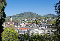 Germany, Baden-Wuerttemberg, Baden-Baden: view across town with collegiate church towards Merkur or Great Staufenberg mountain with view  and transmitter tower | Deutschland, Baden-Wuerttemberg, Baden-Baden: Blick vom Kurpark ueber die Stadt mit der Stiftskirche zum Merkur oder Großer Staufenberg, Baden-Badens Hausberg mit Aussichts- und Sendeturm