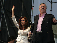 :Cierre de la campaña presidencial,de la candidata por el Frente por la Victoria;Cristina Fernandez de Kirchner,en el mercado central de Bs AS en la ciudad de la Matanza.Junto a Cristina su marido y presidente de Argentina, Nestor Kirchner..Argentina First Lady and presidential candidate Cristina Fernandez de Kirchner during her closing campaign rally in La Matanza, a suburb of Buenos Aires.With Cristina is her husband and President of Argentina, Nestor Kirchner