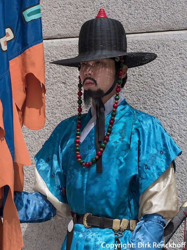 W&auml;chter in traditioneller Uniform am Gwanghwamun Tor des Palast  Gyeongbukgung in Seoul, S&uuml;dkorea, Asien<br /> guard in traditional uniform at Gwangwhamun gate of  palace Gyeongbukgung in Seoul, South Korea, Asia