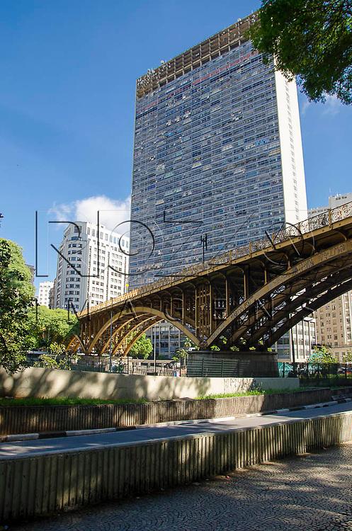 Viaduto Santa Ifigênia e o  Edifício Mirante do Vale no Vale do Anhangabaú no centro histórico da capital paulista, São Paulo-SP, 01/2014.