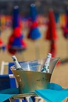 France, Calvados (14), Côte Fleurie, Deauville, la plage et ses parasols  , Service du champagne, à la plage du Bar du Soleil  // France, Calvados, Côte Fleurie, Deauville, the beach ,  its beach umbrellas, Service of champagne on the beach of the Bar du Soleil