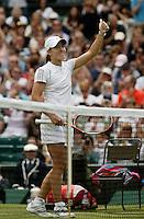 27-6-06,England, London, Wimbledon, first round match, Justine Henin-Hardenne thanks the public