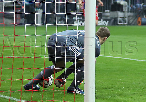 22.03.2015. Allianz Arena, Munich, Germany. Bundesliga Football. Bayern Munich versus Borussia Moenchengladbach.  0-1 as Manuel NEUER, mkes a mistake and lets slip the easy pick up from Raffael Borussia Monchengladbach