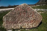 Corleone, Sicilia. La pietra che ricorda la strage di Portella della Ginestra ad opera della mafia.<br /> Il paese che da molti &egrave; considerato come il luogo dove sia nata la Mafia, si ritrova dopo la morte di Tot&ograve; Riina, a dover far i conti con una pesante eredit&agrave;. A Corleone vivono poco pi&ugrave; di 11 mila abitanti e il comune &egrave; stato sciolto per infiltrazioni mafiose nell&rsquo;agosto del 2016.