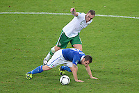 FUSSBALL  EUROPAMEISTERSCHAFT 2012   VORRUNDE Italien - Irland                       18.06.2012 Antonio Cassano (Italien) vor Richard Dunne (Irland)