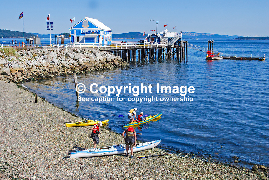 Canoeists, shore, jetty, Sidney, Strait of Georgia, Vancouver Island, British Columbia, September, 2008, 200809121350..Copyright Image from Victor Patterson, 54 Dorchester Park, Belfast, UK, BT9 6RJ..Tel: +44 28 9066 1296.Mob: +44 7802 353836.Email: victorpatterson@mac.com..IMPORTANT: If you wish to use this image or any other of my images please go to www.victorpatterson.com and click on the Terms & Conditions. Then contact me by email or phone with the reference number(s) of the image(s) concerned.