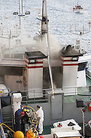 En Burela, Lugo. El barco de Rey de Olaya llega a puerto tras sufrir un incendio, un marinero muerto.