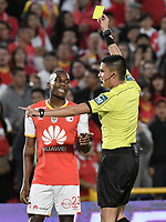 BOGOTÁ - COLOMBIA, 27-08-2017: Nicolas Rodriguez, árbitro, muestra la tarjeta amarilla a Dairon Mosquera de Santa Fe durante el partido entre Independiente Santa Fe y Millonarios por la fecha 10 de la Liga Aguila II 2017 jugado en el estadio Nemesio Camacho El Campin de la ciudad de Bogota. / Nicolas Rodriguez, referee, shows the yellow card to Dairon Mosquera of Santa Fe during match between Independiente Santa Fe and Millonarios for the date 10 of the Aguila League II 2017 played at the Nemesio Camacho El Campin Stadium in Bogota city. Photo: VizzorImage/ Gabriel Aponte / Staff