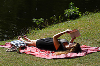 2012.08.02 - CLIMA TEMPO - TARDE DE CALOR EM SÃO PAULO -  Paulistanos  aproveitam tarde de sol na tarde desta quinta-feira(02), no parque do Ibirapuera na zona sul de São Paulo.O final da manhã desta quinta-feira (02) acaba com sol entre nuvens e temperaturas em elevação. As estações meteorológicas do CGE localizadas em Pirituba (Zona Norte), Cidade Ademar (Zona Sul) e Consolação CGE (Centro) registram temperaturas de 21°C e umidade relativa do ar aproximadamente de 67%. Nas próximas horas as temperaturas podem alcançar os 26°C e a umidade pode ficar próximo aos 38% devido ao tempo seco e ensolarado. (Fotos: Amauri Nehn/Brazil Photo Press)