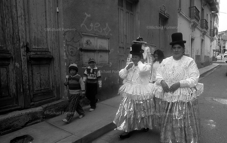 02.2010 La Paz (Bolivia)<br /> <br /> Femmes et enfants allant au carnaval de La Paz.<br /> <br /> Women and children going to La Paz Carnival.