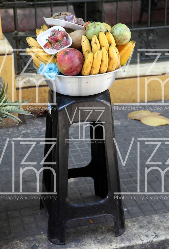 CARTAGENA-COLOMBIA-09-01-2013. Venta de frutas en la Ciudad Amurallada de Cartagena de Indias, Colombia. Selling fruit in the walled city of Cartagena de Indias, Colombia. (Photo: VizzorImage)......