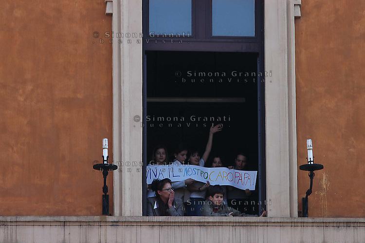 ROMA, 04-04-2005  PIAZZA SAN PIETRO, VIA DELLA CONCILIAZIONE.BAMBINI DA UNA FINESTRA SALUTANO.FOTO SIMONA GRANATI