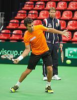 07-02-12, Netherlands,Tennis, Den Bosch, Daviscup Netherlands-Finland, Training, Jean-Julian Rojer met op de achtergrond Captain Jan Siemerink.