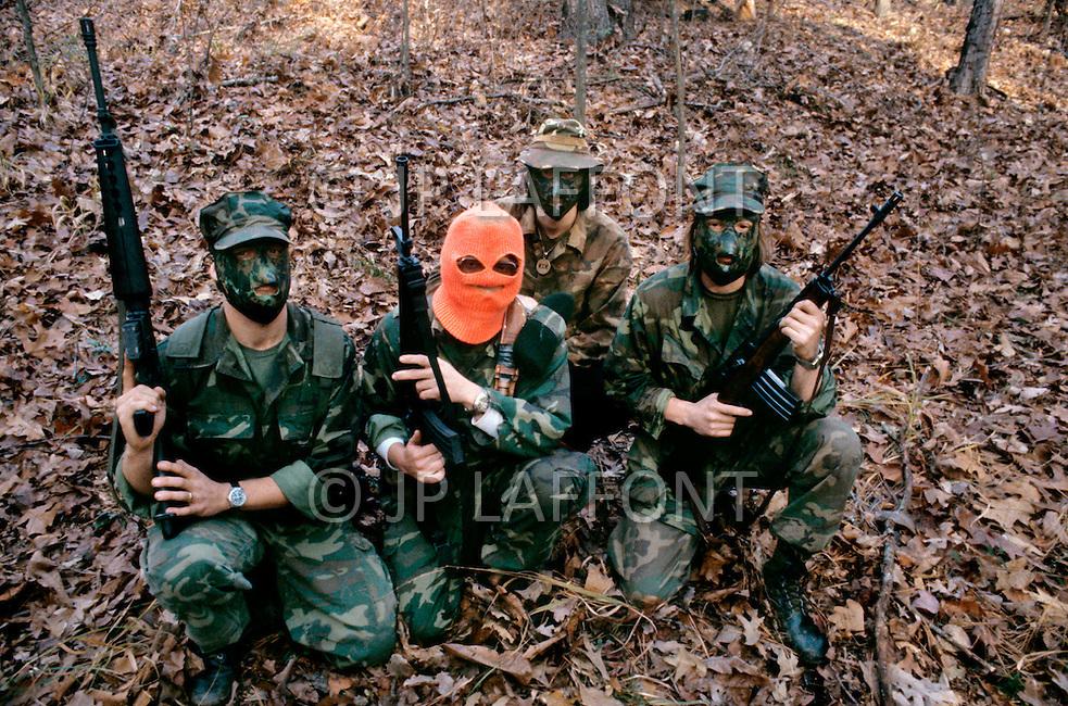 Region of Huntsville, AL - December 6th and 7th 1980<br /> There's a camp of Special Forces of the KKK. <br /> We are a small group of journalists invited to witness their training Deep in a forest of Alabama, bordering Tennessee, training ground for the Ku Klux Klan&rsquo;s secret army R&eacute;gion de Huntsville, Alabama. 6 et 7 d&eacute;cembre 1980.<br /> Nous sommes un petit groupe de journalistes invit&eacute;s &agrave; un entra&icirc;nement des troupes arm&eacute;es du Ku Klux Klan. On nous a band&eacute; les yeux et nous avons d&ucirc; passer une nuit dans la for&ecirc;t pour assister au petit matin &agrave; un exercice militaire et de tirs d'un groupe arm&eacute; et cagoul&eacute;. On nous a dit que dans cet &eacute;tat ils avaient le droit d'avoir des armes et de s'entra&icirc;ner, non pas &agrave; tuer mais &agrave; d&eacute;fendre la culture de la race blanche.
