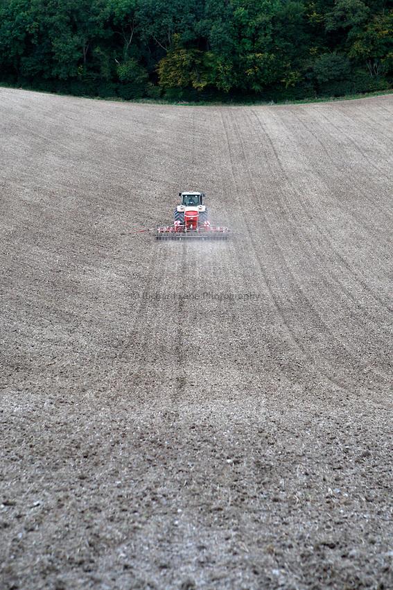 Photo: Richard Lane/Richard Lane Photography..A John Deere 7930 pulls a Horsch Sprinter ST 6 metre seed drill sowing winter wheat near Little Missenden in the Chiltern Hill, South Buckinghamshire. 29/09/2008.