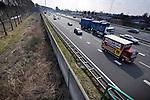 DIEMEN - Op- en afritten, bruggen en geluidsmuren langs de snelweg A1 bij Diemen. Als onderdeel van het project Schiphol-Amsterdam-Almere(SAA), gaat de A1 verbreed en bij Muiderberg naar het zuiden verlegd worden, krijgt IJburg via de zgn Oostelijke Ontsluitingsweg (OOIJ) over het Amsterdam-Rijnkanaal een rechtstreekse aansluiting op de rijksweg A1 en zullen, om de geluidsoverlast van de te verbreden snelweg te beperken, de snelweg grotendeels worden ingekapseld met 8 meter hoge geluidsschermen. COPYRIGHT TON BORSBOOM
