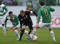 Fussball 1. Bundesliga :  Saison   2012/2013   9. Spieltag  27.10.2012 SpVgg Greuther Fuerth - SV Werder Bremen Edgar Prib (li, Greuther Fuerth) gegen Aaron Hunt (Mitte, SV Werder Bremen)  und Stephan Fuerstner (Greuther Fuerth)