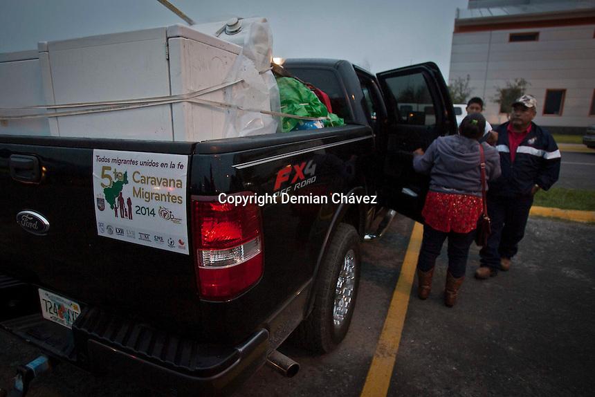 Nuevo Laredo Tamaulipas. 18 de diciembre de 2014.- La quinta Caravana Migrante, organizada por legisladores federales y locales; parti&oacute; esta madrugada desde el estacionamiento del Waltmart de Laredo, Texas con rumbo a Jalpan de Serra Quer&eacute;taro, M&eacute;xico.<br /> <br /> La caravana est&aacute; integrada por 230 veh&iacute;culos y al derredor de 700 personas a bordo. A pesar de la nula reforma migratoria de EU y el enojo de los activistas migrantes con el presidente Obama, subi&oacute; la cantidad de paisanos integrados a la caravana. <br /> <br /> <br /> <br /> Foto: Demian Ch&aacute;vez .