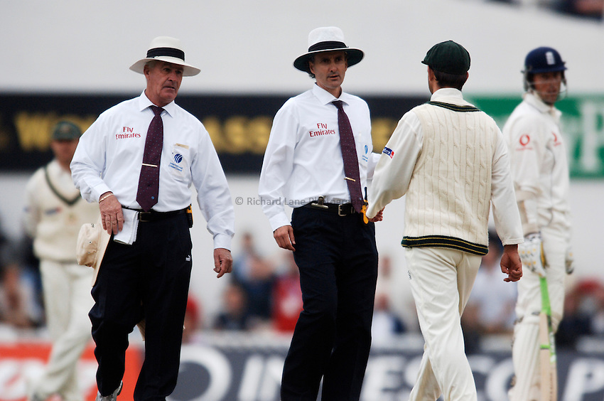 Photo: Glyn Thomas..England v Australia. nPower Test Series. The Ashes 2005..11/09/2005..Umpires Rudi Koertzen (L) and Billy Bowden discuss the light.