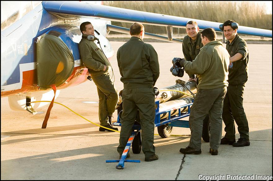 -2008- Salon de Provence- Patrouille de France, préparation de l'avion.