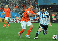 SAO PAULO - BRASIL -09-07-2014. Lionel Messi (#10) jugador de Argentina (ARG) disputa un balón con Jordy Clasie (#16) jugador de Holanda (NED) durante partido de las semifinales por la Copa Mundial de la FIFA Brasil 2014 jugado en el estadio Arena de Sao Paulo./ Lionel Messi (#10) player of Argentina (ARG) fights the ball with Jordy Clasie (#16) player of Netherlands (NED) during the match of the Semifinal for the 2014 FIFA World Cup Brazil played at Arena de Sao Paulo stadium. Photo: VizzorImage / Alfredo Gutiérrez / Contribuidor