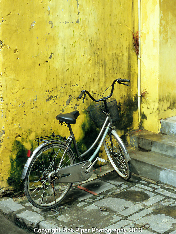 Bicycle 03 - Bicycle on pavement outside house in Nguyen Thai Hoc St, Hoi An, Viet Nam