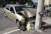 SÃO PAULO, SP, 29/03/2012, ACID. RUA DOS TRILHOS.<br /> <br /> Um motorista perdeu o controle do veiculo e colidiu contra uma poste na Rua dos Trilhos no bairro da Mooca.<br />  Os bombeiros foram acionados e socorreram a vitmia a hospital da região.<br /> <br />  Luiz Guarnieri/ Brazil Photo Press