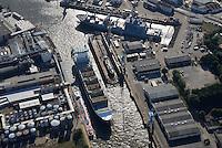 Schlepper Wilhelmine schleppt die Vera Rambow : EUROPA, DEUTSCHLAND, HAMBURG, (EUROPE, GERMANY), 15.09.2016 Schlepper Wilhelmine schleppt die Vera Rambow  in die Norderwerft. Das Feederschiff is total entladen.