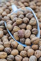Italie, Val d'Aoste, Hône:  Noix de Fenis, sur un étal lors du marché de Noël,  / Italy, Aosta Valley, Hône: Fenis Nuts , on a stall at the Christmas market