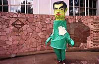 Boneco caracterizado de Jader e com cores de rã em frente a Sudam.<br />Belem-Para<br />09.05.2001<br />Foto: Janduari Simões/Interfoto