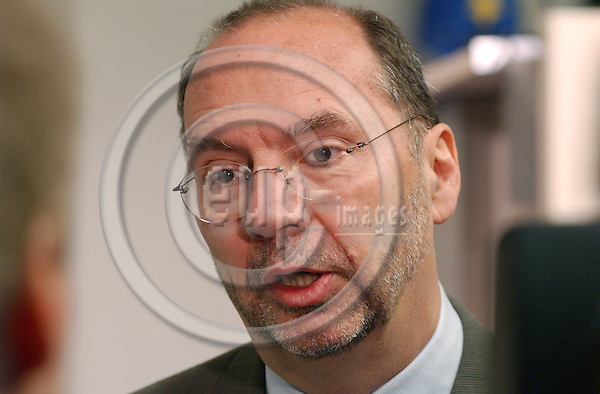 Brussels-Belgium - November 23, 2004---Dr Peter PIOT, Executive Director of UNAIDS and Under Secretary-General of the United Nations, and Louis MICHEL, European Commissioner in charge of Development and Humanitarian Aid, launch the 'AIDS-epidemic update 2004', in the press room of 'Berlaymont', Headquarters of the EC; here, Peter PIOT during his presentation---Photo: Horst Wagner/eup-images
