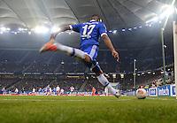 FUSSBALL   1. BUNDESLIGA    SAISON 2012/2013    14. Spieltag   Hamburger SV - FC Schalke 04                               27.11.2012 Jefferson Farfan (FC Schalke 04) fuehrt einen Ekcball aus