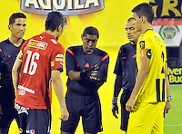 BARRANCABERMEJA -COLOMBIA, 02-11-2015:  Imer Machado, arbitro, durante los actos protocolarios con Felipe Aguilar (Der) capitan de Alianza Petrolera y Daniel Torres (Izq) capitan de Independiente Medellin previo al encuentro  por la fecha 18 de la Liga Aguila II 2015 disputado en el estadio Daniel Villa Zapata de la ciudad de Barrancabermeja./ Imer Machado, referee, during the formal events with Felipe Aguilar (R) captain of Alianza Petrolera and Daniel Torres (L) captain of Independiente Medellin during match for the date 18 of the Aguila League II 2015 played at Daniel Villa Zapata stadium in Barrancabermeja city. Photo:VizzorImage / Jose David Martinez / Cont