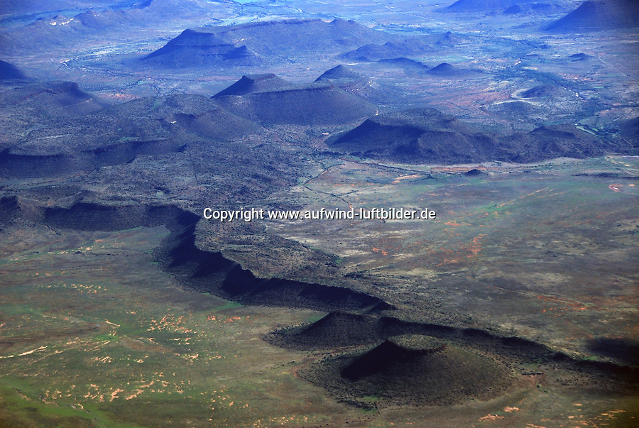 Karoo: AFRIKA, SUEDAFRIKA, ORANGE FREE STATE, GARIEPDAM, 14.12.2007: Landschaft in der Halbwueste Karoo, zentralen Hochebene des Landes Suedafrika, Highveld, Klein Karoo, Gross Karoo und Ober Karoo. Klima arid, trocken, im Luv der Berge, kaum Niederschlaege. Bewohner sind die San die dem Land den Namen Kuru geben, trocken ist die Bedeutung , Afrika, Suedafrika, Orange Free, State, Gariepdam, Wueste, Landschaft, Natur, Hochebene, Halbwueste, Wuestenlandschaft, Berg, Berge, Berglandschaft, Huegel, Huegellandschaft, Gebirge, trocken, Karoo, Struktur, Luftbild, Draufsicht, Luftaufnahme, Luftansicht, Luftblick, Flugaufnahme, Flugbild, Vogelperspektive # , shape, structure, texture, mound, hill, hillock, desert landscape, air opinion, Flugbild, Luftblick, ow_visum, mountain, Orange Free, semiarid land, top view, plan, Berglandschaft, Flugaufnahme, plateau, Gariepdam, bird 's-eye view, mountains, mountain range, shale, nature, Huegellandschaft, landscape, scene, scenery, desert, aerial photograph, africa, aridly, deadpan, drily, dry, dryly, south africa, air photo # # , shape, structure, texture, mound, hill, hillock, desert landscape, air opinion, Flugbild, Luftblick, ow_visum, mountain, Orange Free, semiarid land, top view, plan, Berglandschaft, Flugaufnahme, plateau, Gariepdam, bird 's-eye view, mountains, mountain range, shale, nature, Huegellandschaft, landscape, scene, scenery, desert, aerial photograph, africa, aridly, deadpan, drily, dry, dryly, south africa, air photo #  Aufwind-Luftbilder