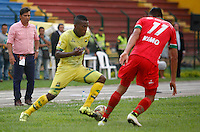 FLORIDABLANCA -COLOMBIA, 09-07-2016. Jairo Castillo (Izq) jugador de Bucaramanga  disputa el balón con Patriotas FC durante encuentro  por la fecha 2 de la Liga Aguila II 2016 disputado en el estadio Alvaro Gómez Hurtado./Jairo Castillo  (L) player of Bucaramanga fights for the ball withPatriotas FC during match for the date 2 of the Aguila League II 2016 played at Alvaro Gomrz Hurtado stadium . Photo:VizzorImage / Duncan Bustamante / Contribuidor