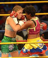 BARRANQUILLA-COLOMBIA- 24-10-2014. Liliana Palmera (Izq), boxeadora colombiana, obtuvo por decisión unánime, en su décimo intento, el título mundial del peso supergallo de la AMB ante la venezolana Ana Lozano (Der), en pelea realizada este viernes por la noche en el coliseo de la Universidad del Norte de Barranquilla, en el marco de la velada 'Nocaut a las drogas'./ Liliana Palmera (L), a Colombian boxer, won a unanimous decision in his tenth attempt, world title WBA super bantamweight before Venezuelan Ana Lozano (R), in a fight on Friday night at the Coliseum at the University of North London, as part of the evening 'Knock on drugs'. Photo: VizzorImage/Alfonso Cervantes/STR