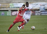TUNJA -COLOMBIA, 09-04-2016. Mauricio Gomez (Izq) jugador de Boyacá Chicó FC disputa el balón con Yoiber Gonzalez (Der) jugador de Patriotas FC durante partido por la fecha 10 Liga Águila I 2016 realizado en el estadio La Independencia en Tunja. / Mauricio Gomez (L) player of Patriotas FC fights for the ball with Yoiber Gonzalez (R) player of Deportivo Pasto during match for the date 10 of Aguila League I 2016 played at La Independencia stadium in Tunja. Photo: VizzorImage/César Melgarejo/Cont