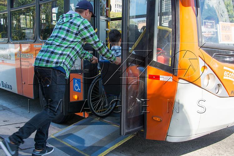 Deficiente físico embarcando em ônibus adaptado para portadores de necessidades especiais, São Paulo - SP, 07/2016.