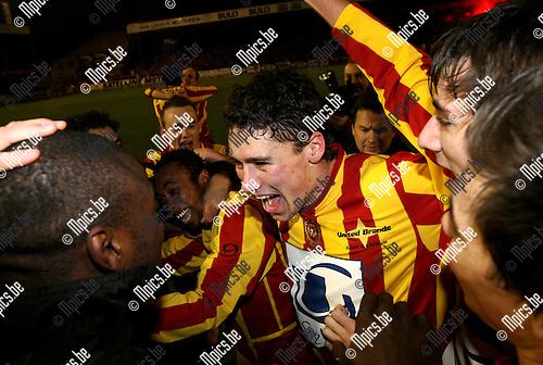 Beker van België, KV Mechelen - Zulte-Waregem: Jonas Ivens (midden) viert met zijn maats, hij scoorde het enige doelpunt.
